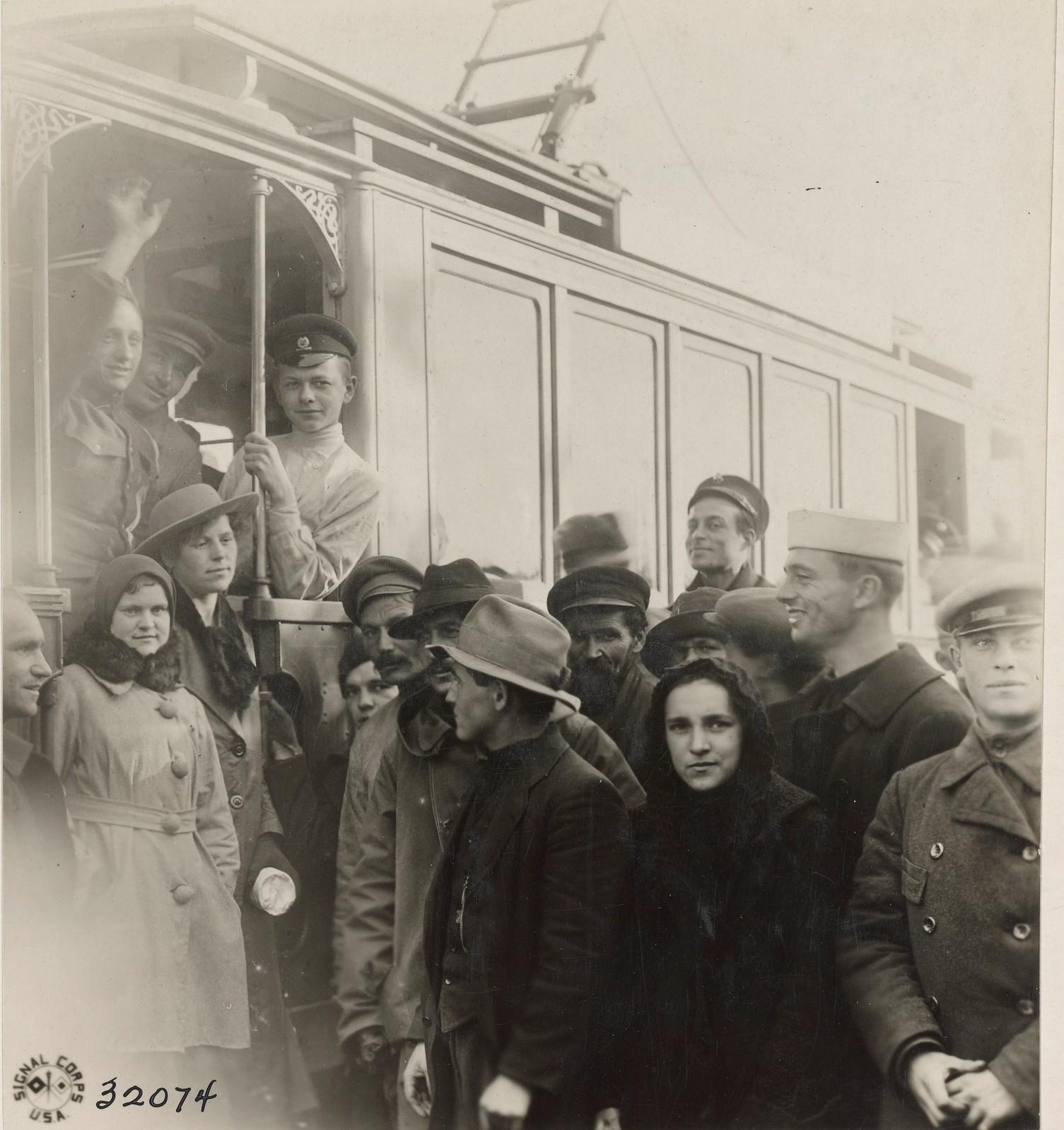 Архангельск. Американские солдаты у трамвая