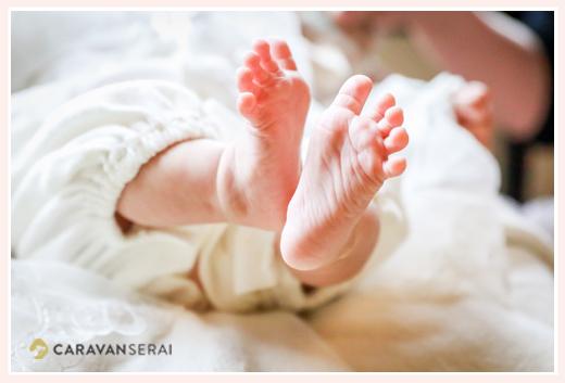 赤ちゃんの足のアップ ベビードレス