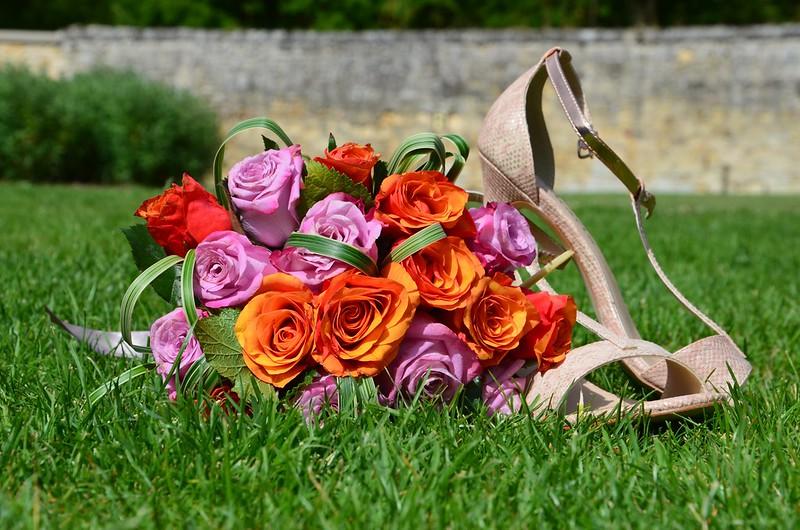 Обои Розы, травка, Свадебные Туфли картинки на рабочий стол, раздел цветы - скачать
