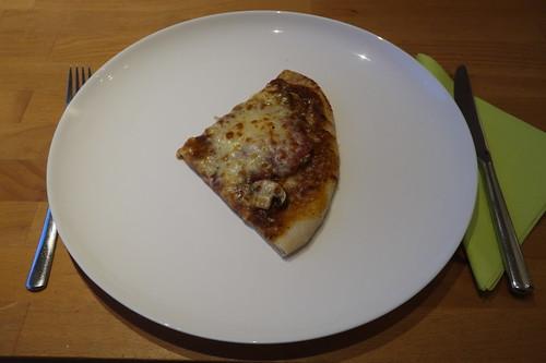 Mein Drittel von der Pizza mit frischen Champignons, Salami und Mozzarella
