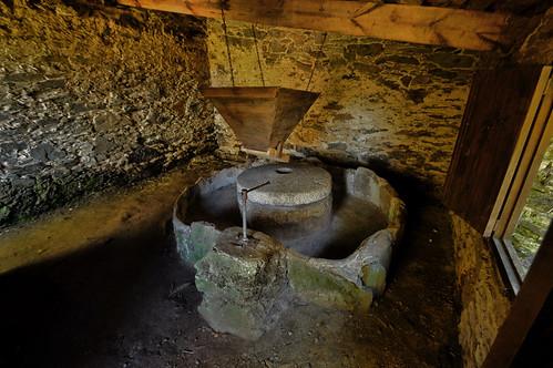 Un vello muíño-Inside a water mill.