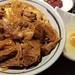 ご飯をよそうじゃないですか。 厨房のカウンターに置くじゃないですか。 なぜか牛丼になって出てくるのです。  くそ美味い。 by koyhoge