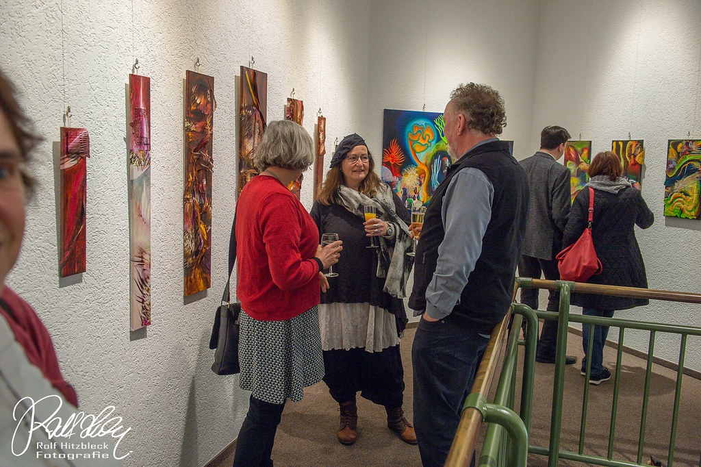 Die Künstlerin Adriane Skunca im Gespräch mit Besuchern