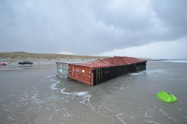 Vlieland - strand - containers MSC Zoe