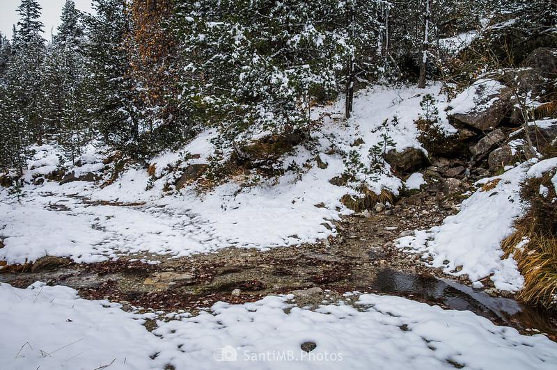 Nieve fundiéndose en el camino al Saut de Molières