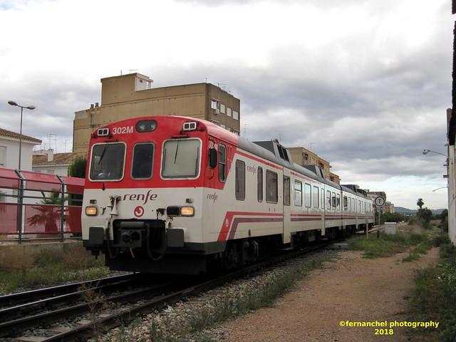 Tren de Cercanías de Renfe (línea C-3) a su paso por la Estación de CHESTE (Valencia)