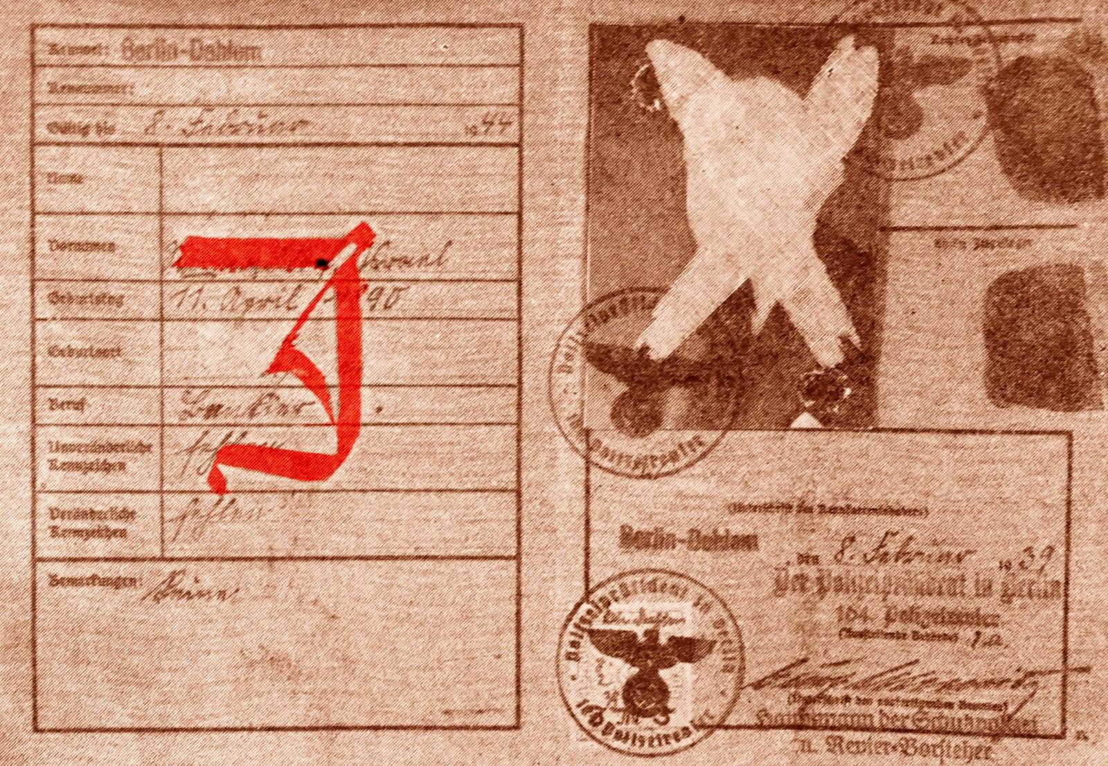 Все евреи должны были иметь удостоверение личности после принятия законов Нюрнберга