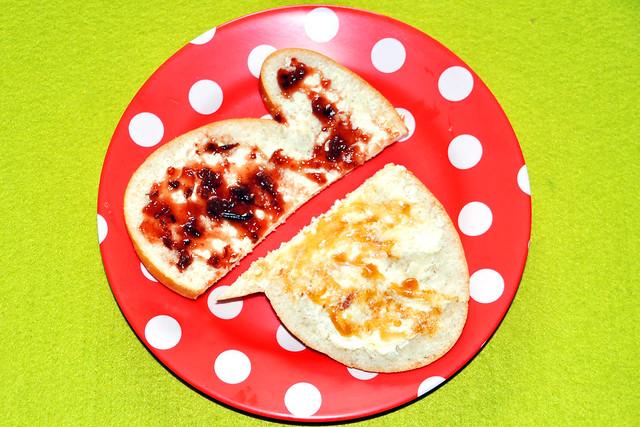 Ostern Osterhase Osterhäschen Hefeteig Butter, Konfitüre, Honig... Foto: Brigitte Stolle