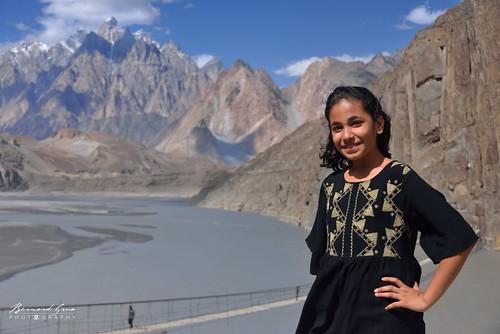 Jeune fille au dessus du pont d'Hussaini, et de la rivière Hunza © Bernard Grua   by Photos de voyages, d'expéditions et de reportages