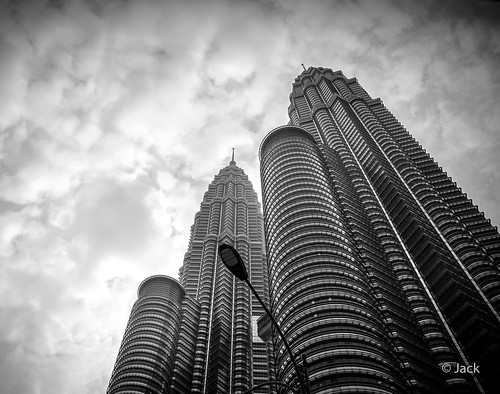 r0003277bw ricoh gr 28mm apsc raw mode dng lightroom capture nx2 lr monochrom noiretblanc bw wide angle kl kuala lampur street matin morning matinal pov view petronas towers tours clouds nuages ciel blackandwhite monochrome malaysia malaisie