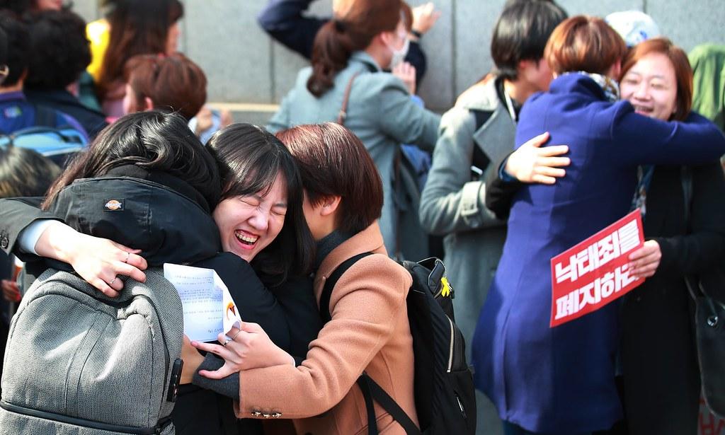 南韓法院判決墮胎禁令違憲後,倡議者於憲法法庭外相擁慶祝。(圖片來源:Yonhap/EPA)