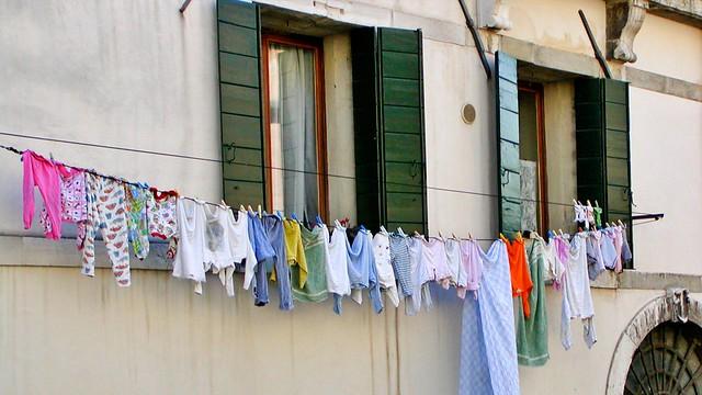 Wäsche zum Trocknen an der Hauswand