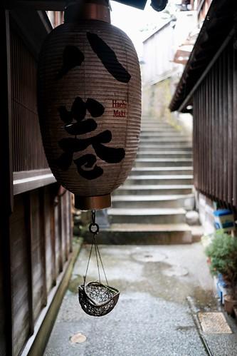 雨の茶屋街で階段を撮る