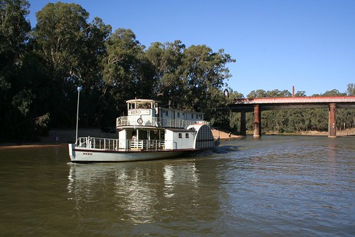 PS Hero passes under the bridge at Echuca