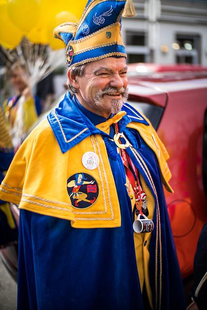 Mann verkleidet als Hofnarr beim Faschingsumzug 2019 in Mödling