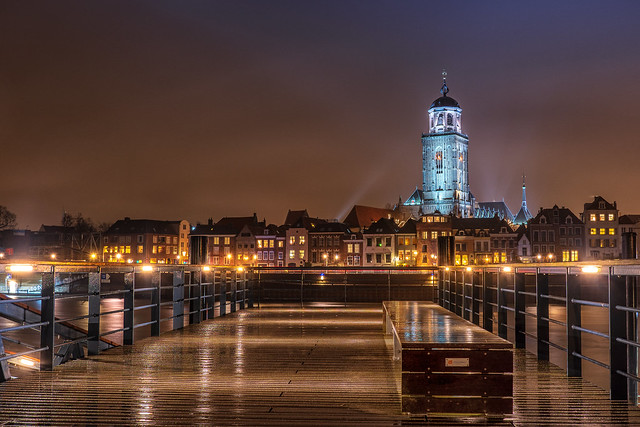 A slightly moist cityscape of Deventer. I do like how the reflections of the lights work on these wet surfaces. Othewise....I rather just watch it from the other side of a window.