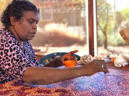Featured artist Ruth Spencer of Warlukurlangu Artists Aboriginal Corporation. Image courtesy of Warlukurlangu Artists Aboriginal Corporation.