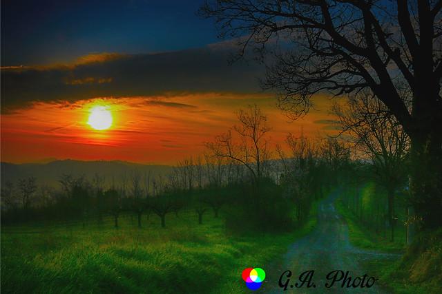 Mi piace la lentezza risoluta del tramonto. Quella che pensi di avere il tempo di fotografare e invece è già passata. #ESPLORA#