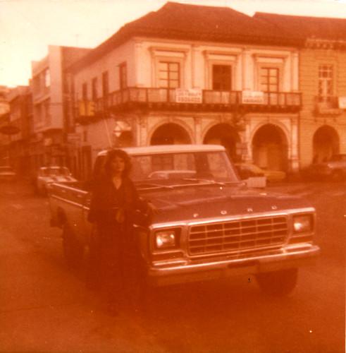 1970s ecuador fashion road car architecture youngwoman vintage moda latina modaamericana