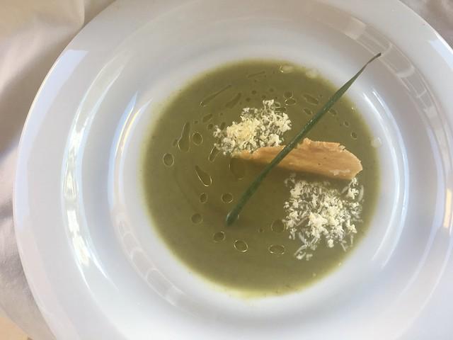 Crema de kale con calabacín, crujiente de gofio y queso ahumado