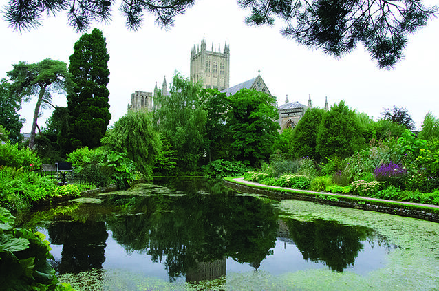 Wells Cathedral Reflected In Ponds Gardens Bishops Palace Flickr