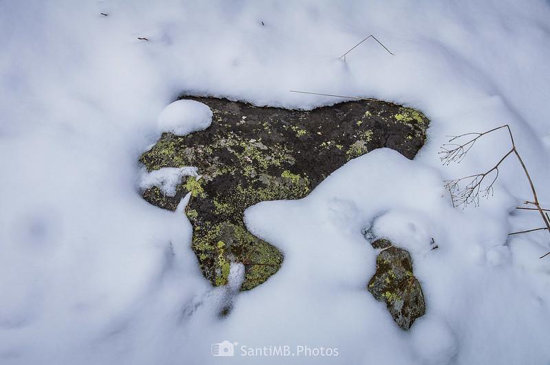 Piedra semienterrada en la nieve