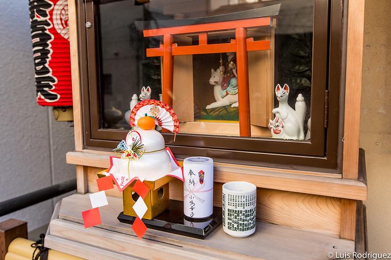 Pequeño santuario Inari, dedicado a Dakini-ten (con decoraciones típicas de Año nuevo)