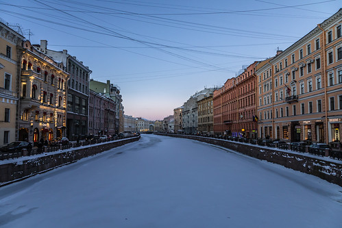 shadow building winter street people frost city evening snow exterior colorful old square river sunset twilight architecture style outdoor design nevskyprospect nevskyavenue outdoors town санктпетербург leningradoblast ru saintpetersburg russia cityscape