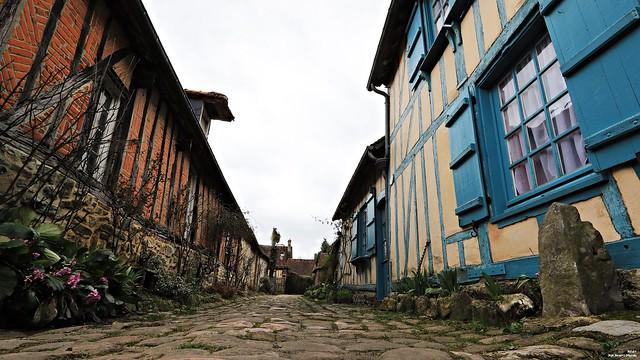 Les pavés de la rue de la maison bleue