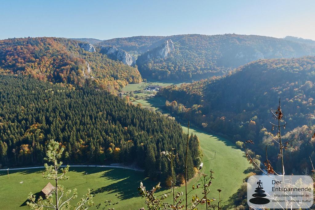 Blick vom Knopfmacherfelsen aufs Donautal und über das Jägerhaus zum Schloss Bronnen