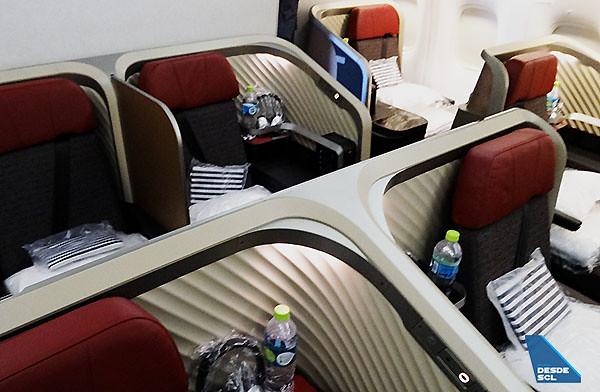 LATAM nueva Premium Business B767-300ER middle seat (RD)