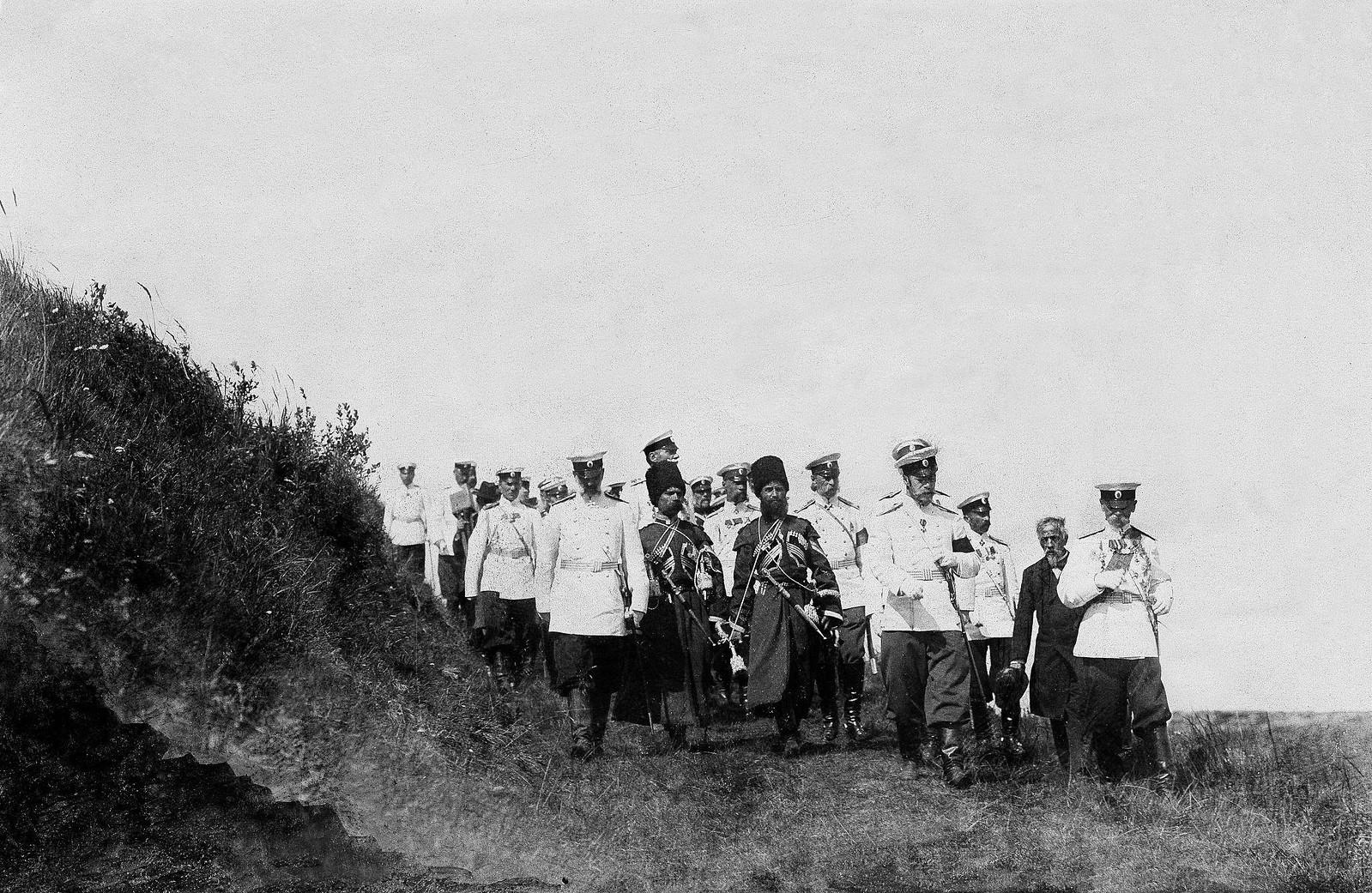 1900. Николай II со свитой на маневрах в Усть-Ижорском военном лагере