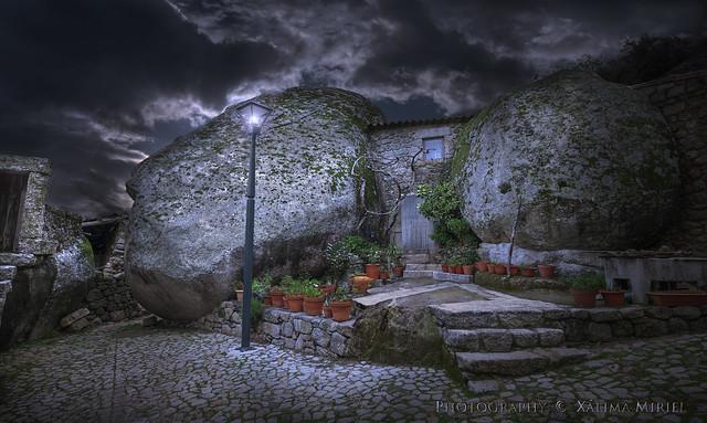House between rocks. Casa entre rocas