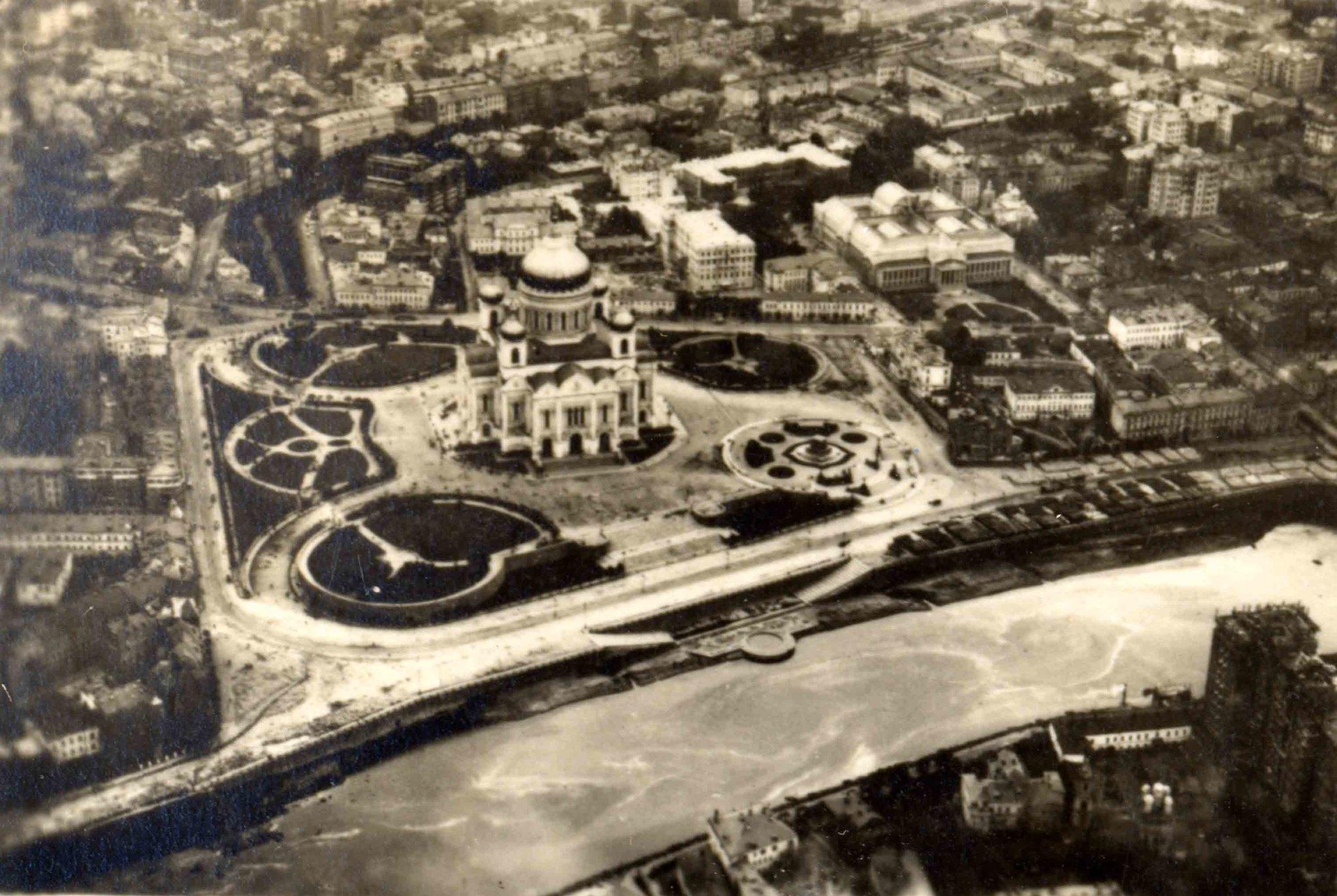 Москва. 10 сентября 1930 года в 9 часов утра с немецкого дирижабля. Храм Христа Спасителя, справа - пьедестал памятника Александру III