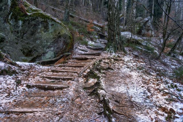 rocks on the path - Wandern zwischen Felsen
