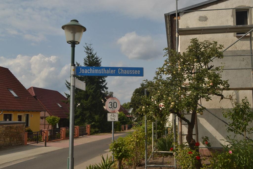 Straßenschild der Joachimsthaler Chaussee in Schorfheide (134FJAKA_1559)
