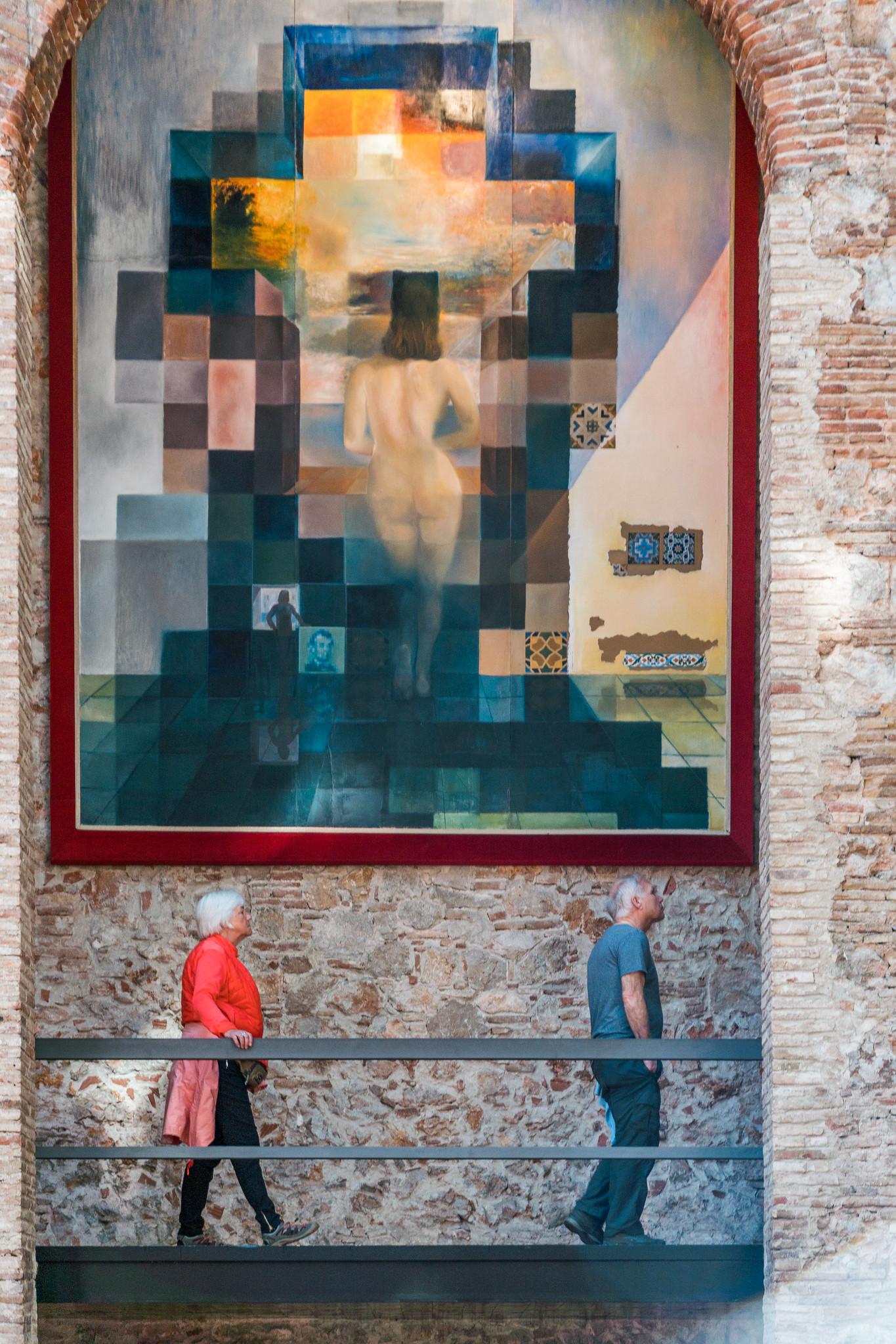 due persone camminano sotto un quadro