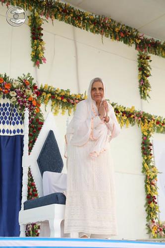 Arrival of Her Holiness Satgruru Mata Ji on the dais