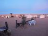 Kemp Zmela na jihu Tuniska, za ním saharské duny, foto: Petr Nejedlý
