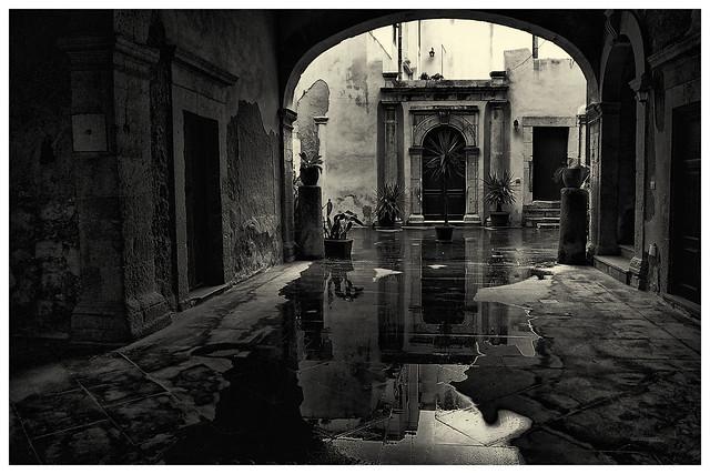 reflejos en la calle mojada