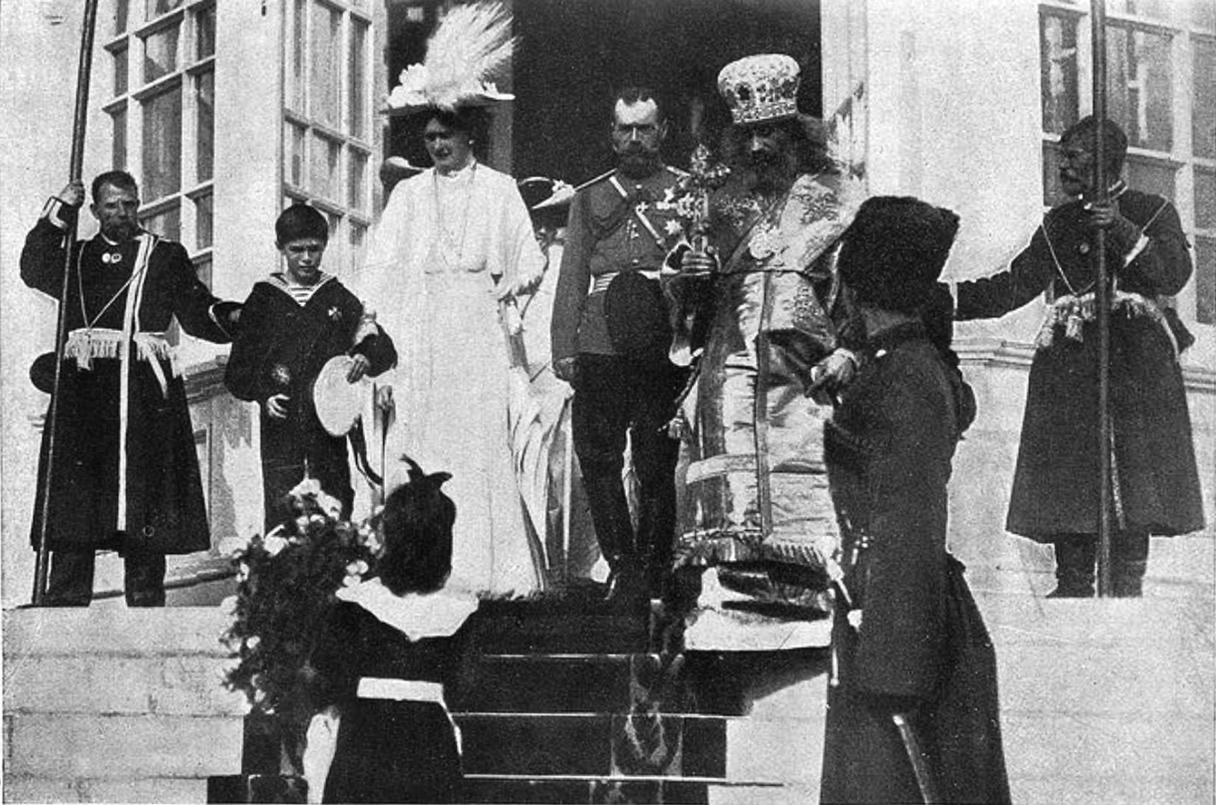 1912. Их Императорские Величества выходят из кафедрального собора в Смоленске. 31 августа
