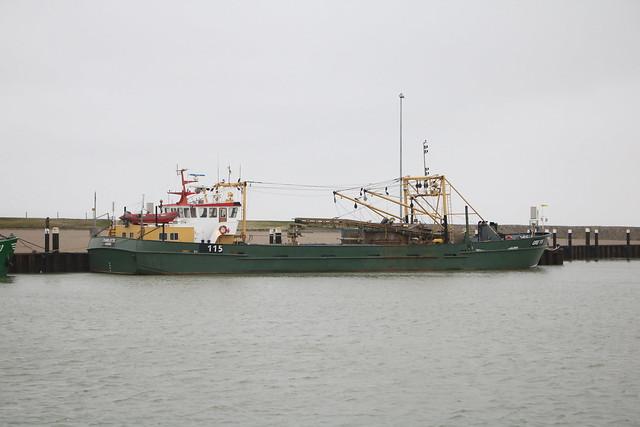 Hooksiel: Muschelkutter GRE 115 MS CHARLOTTE, Heimathafen Greetsiel, im Vorhafen