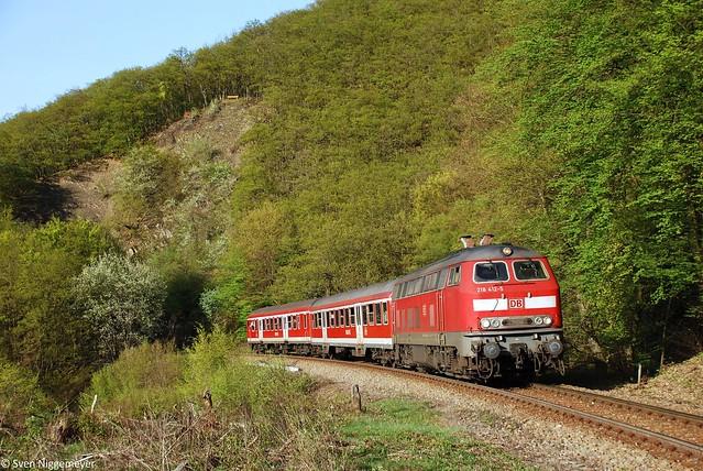 218 412-5 mit der RB93 von Boppard nach Emmelshausen nähe Hubertus-Viadukt am 10.04.11