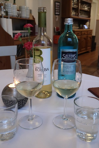 Flasche Adega de Borba Branco und Flasche Mineralwasser
