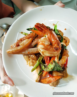 bangkok jay fai fried drunken noodles | by placesandfoods.com