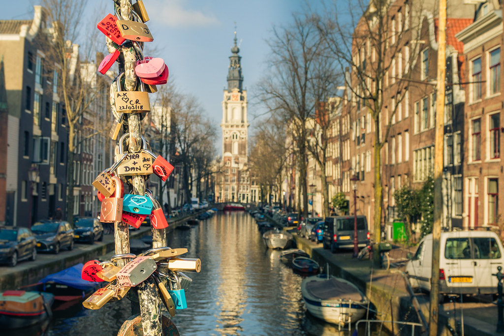 Amsterdam - Love Locks en zicht op de zuiderkerk