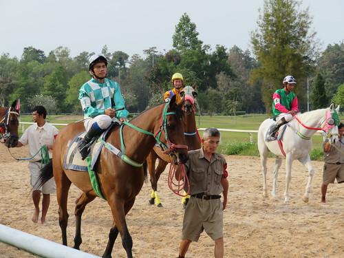 チェンマイ競馬場の馬と騎手