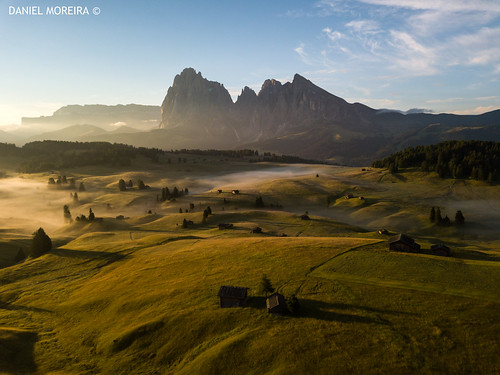 alpe di siusi seiser alm bolzano dolomites dolomi dolomiti dolomiten dolomitas mountains sunrise langkofel sassolungo plattkofel sassopiatto morning fog houses trees clouds sunrays peak mountain sky italia italy unesco world alto adige südtirol south drone dji mavic mavicpro aerial photography air shadows