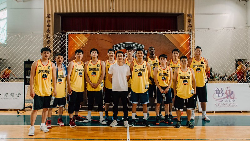 塑友塑膠由吳建龍(右一)帶領健行球員組隊參賽。(主辦單位提供)