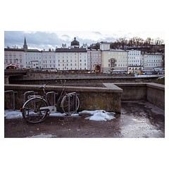 Salzburg . #xt3 #fujixt3 #fujifilmxt3 #fujifeed #fujifilm #fujilove #myfujilove #fujifilm_xseries #fujifilmnordic #fujifilmme #fujifilm_uk #fujixfam #twitter #geoffroyschied #35mmofmusic #colors #simplicity #cityscape #winter #bike @mahlerchamberorchestra
